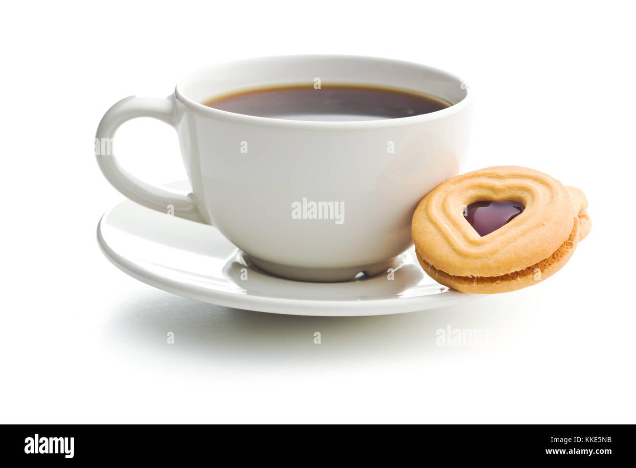 Sweet jelly cookies e tazza di caffè isolato su sfondo bianco. Immagini Stock