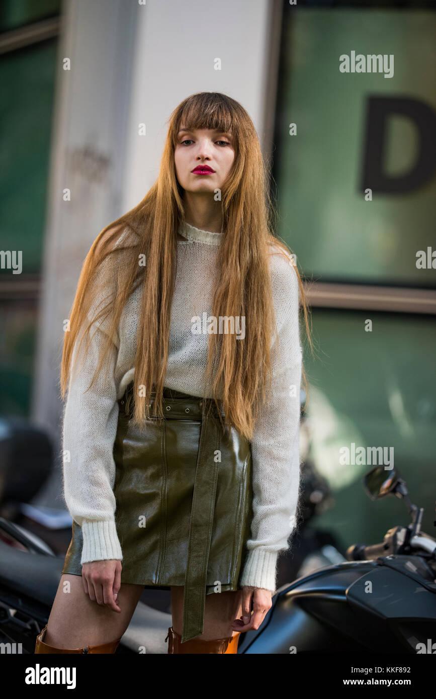 ... donna con un look alla moda 72b3b894351