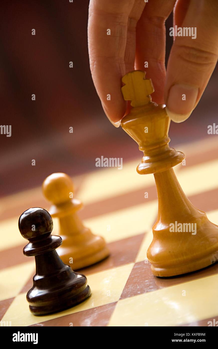 Mano femminile giocando a scacchi re spostare Immagini Stock