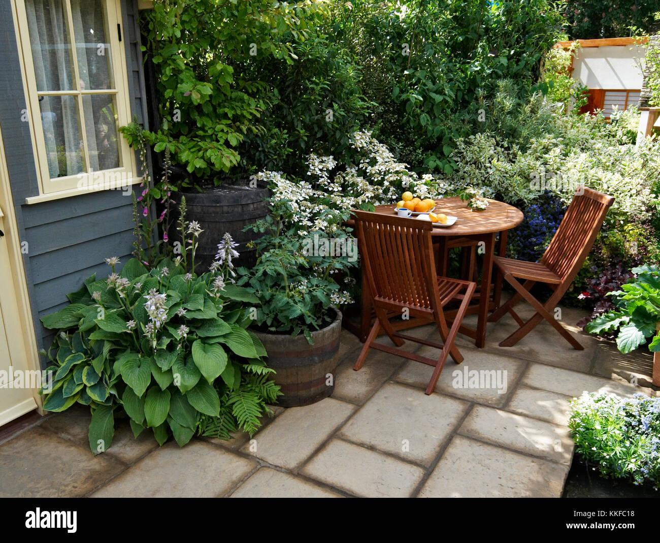 Posti A Sedere In Un Piccolo Patio Urbano Giardino Con Piscina All
