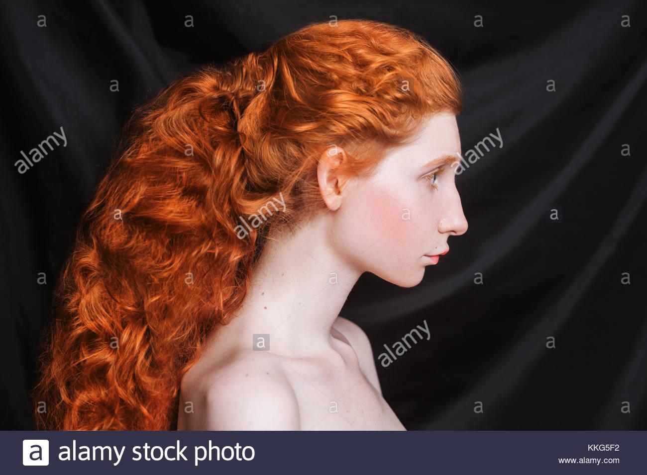 Donna con ricci lunghi capelli rossi raccolti in coda di ...