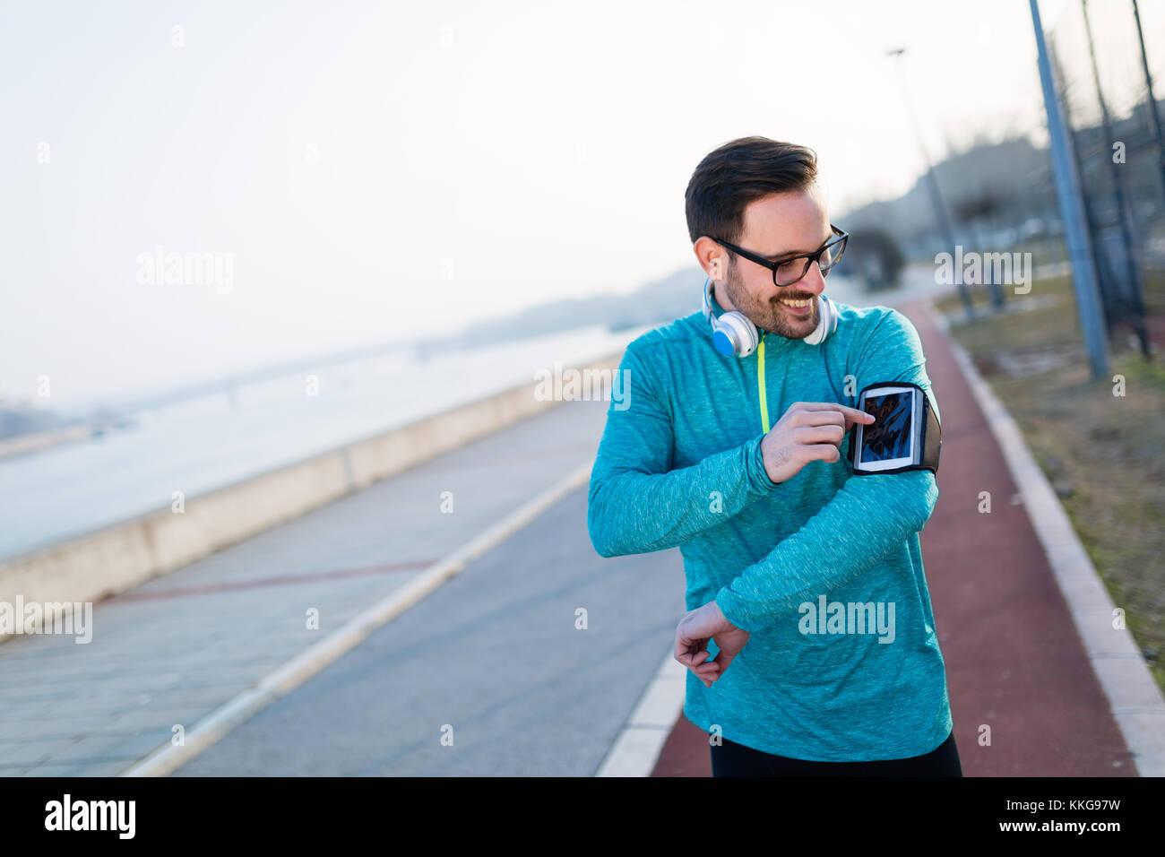 Giovane uomo fitness in esecuzione in area urbana Immagini Stock