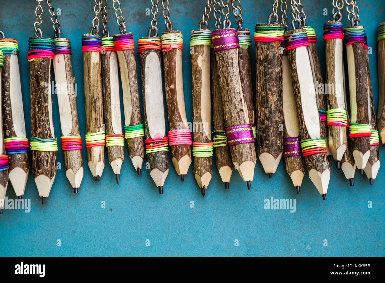 Keyring con legno lavorato a mano la penna su appendiabiti a parete blu Immagini Stock