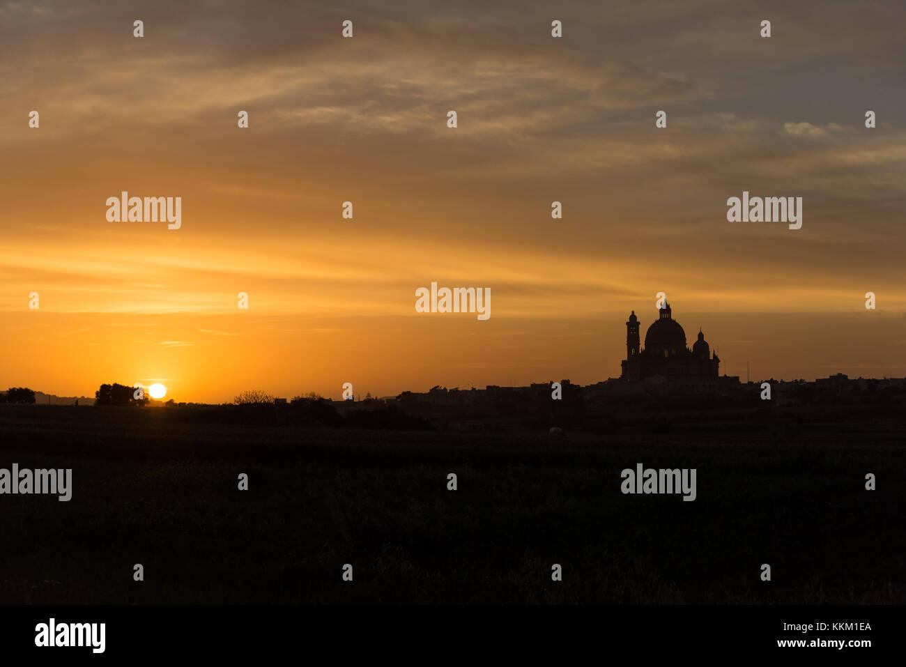 Tramonto dietro la Basilica di San Giorgio creando una silhouette , Victoria Gozo Malta Europa Immagini Stock