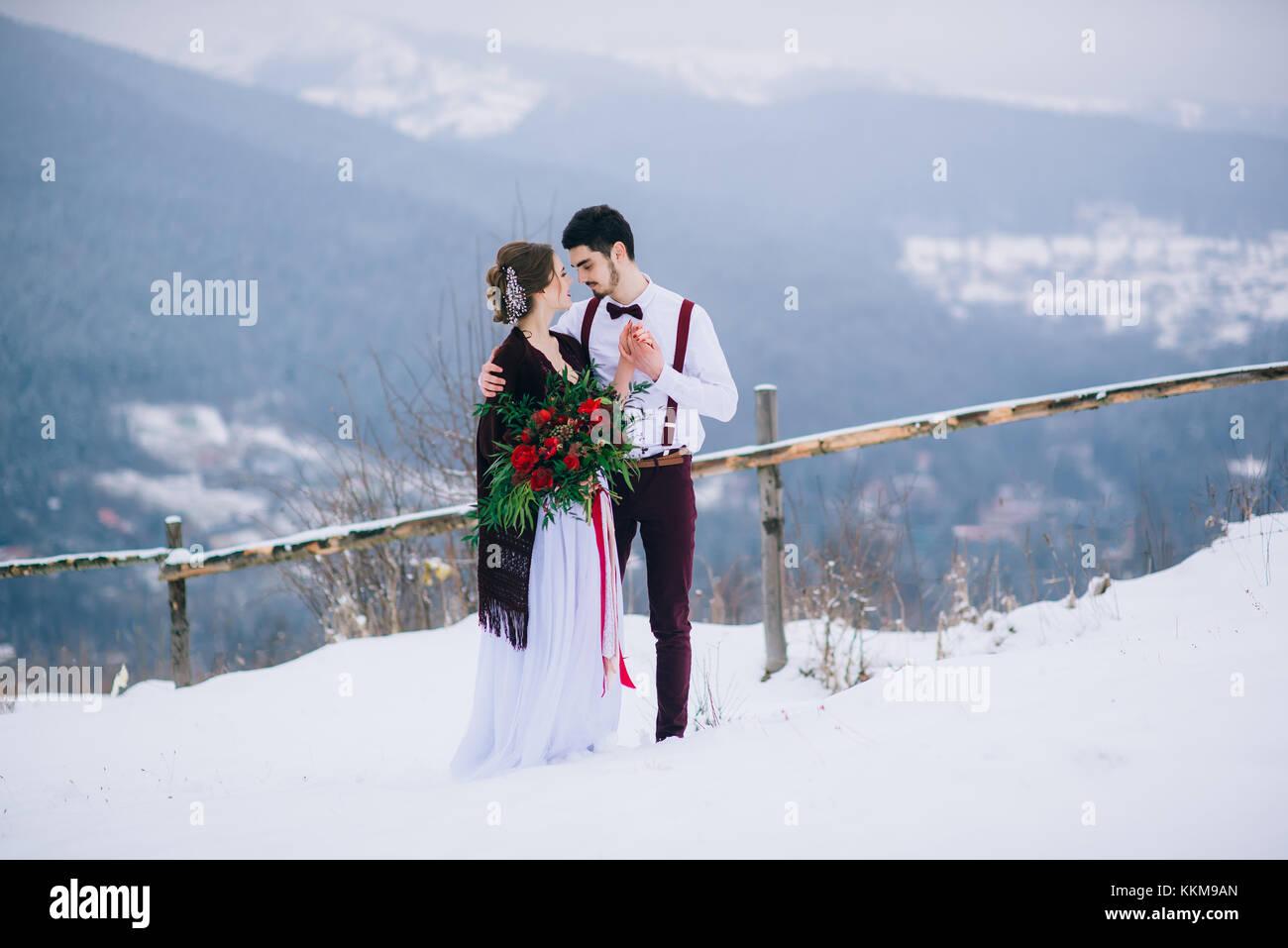 Lo sposo in un marrone e sposa in Borgogna le montagne dei Carpazi Foto Stock