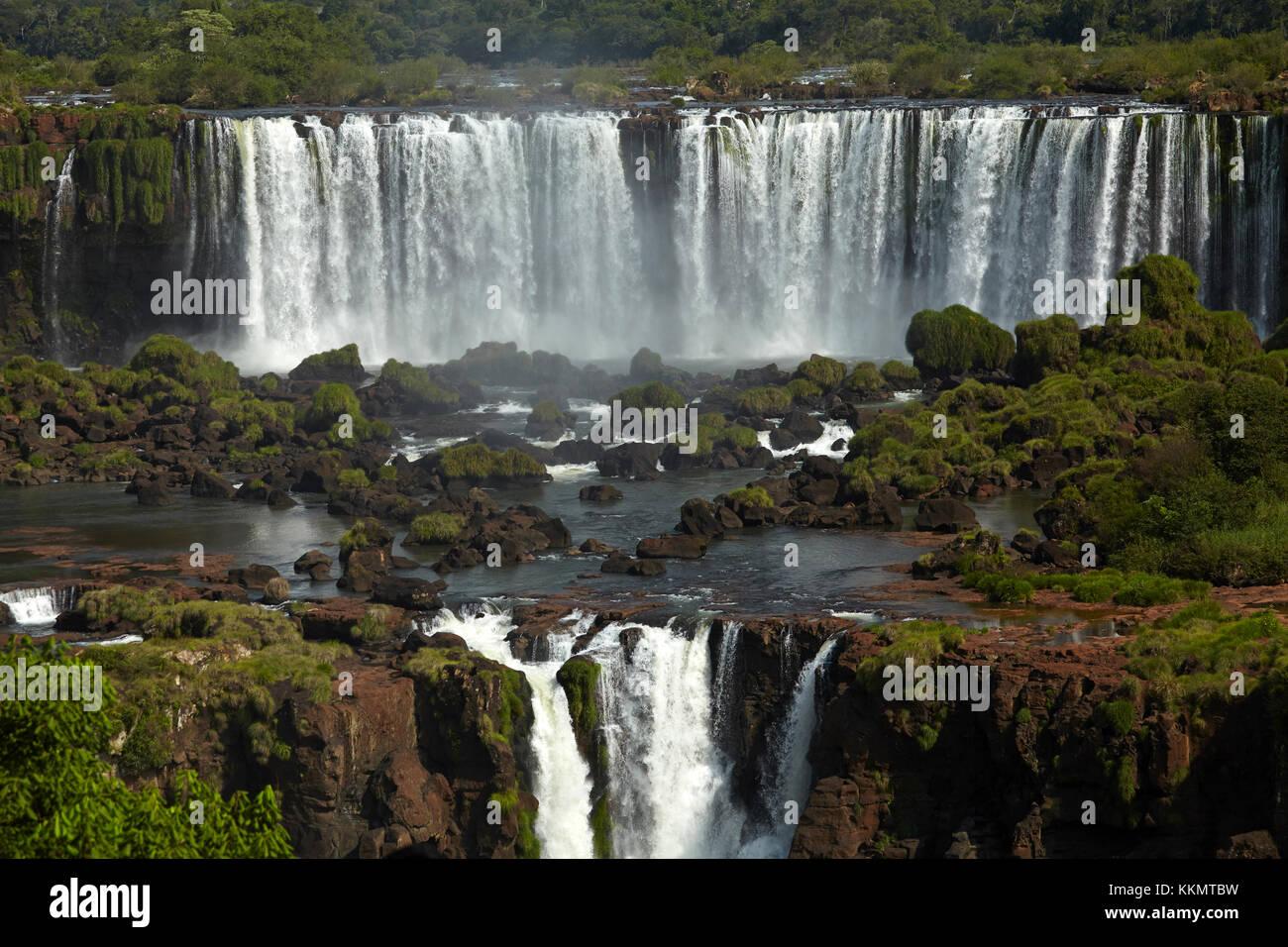 Salto rivadavia e salto tres musqueteros, Iguazu falls, argentina, visto dal lato del Brasile, Sud America Immagini Stock