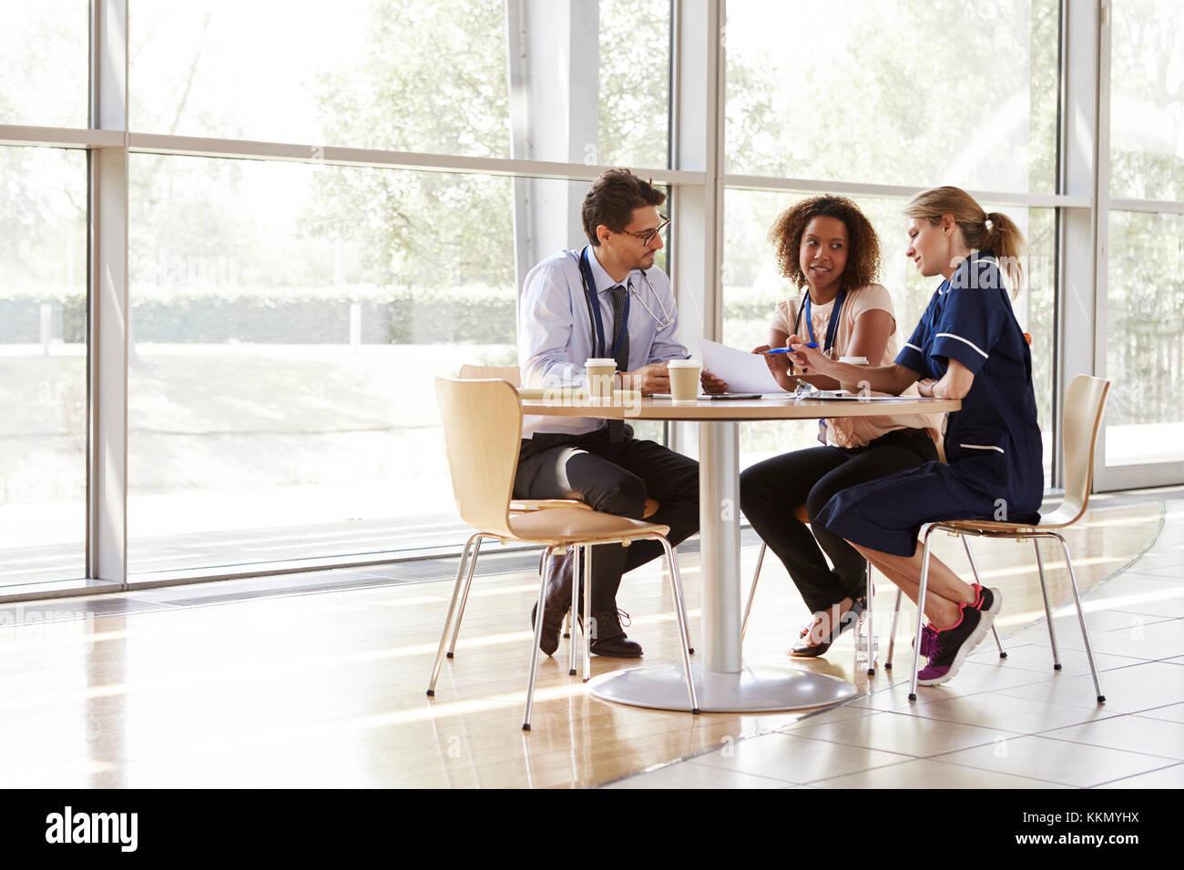 Tre alti i lavoratori del settore sanitario in una riunione Immagini Stock