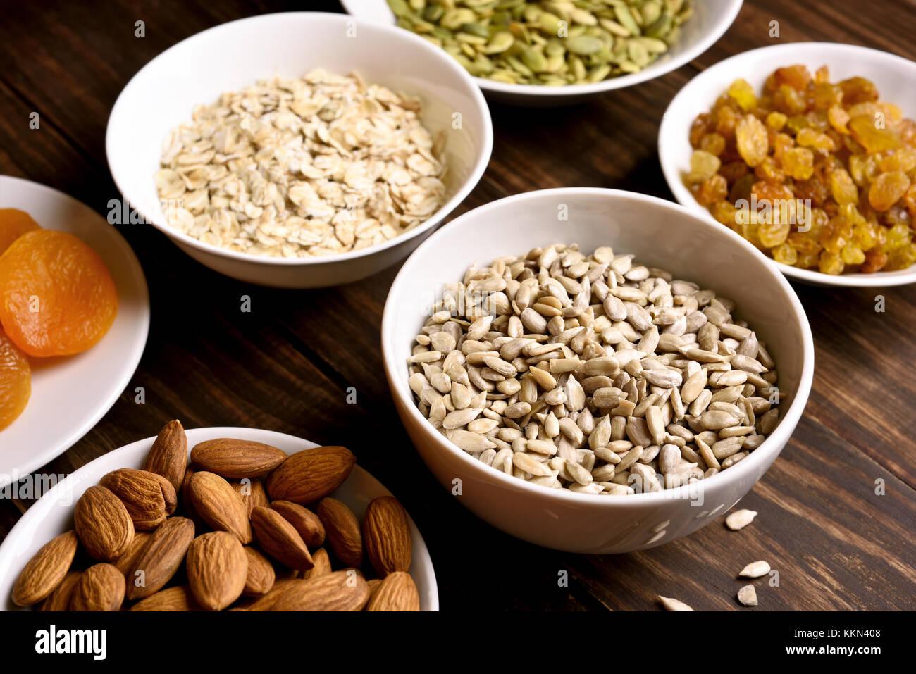 Sana colazione con noci, semi e frutta secca. concetto naturale del cibo biologico Immagini Stock