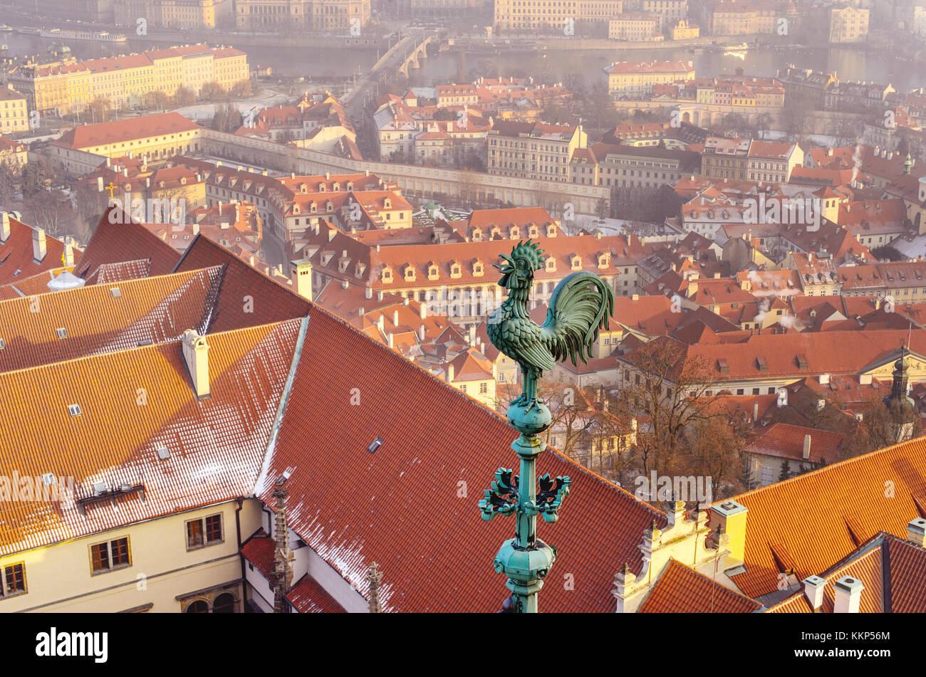 Vista aerea di città di praga e arancione sui tetti di piastrelle da