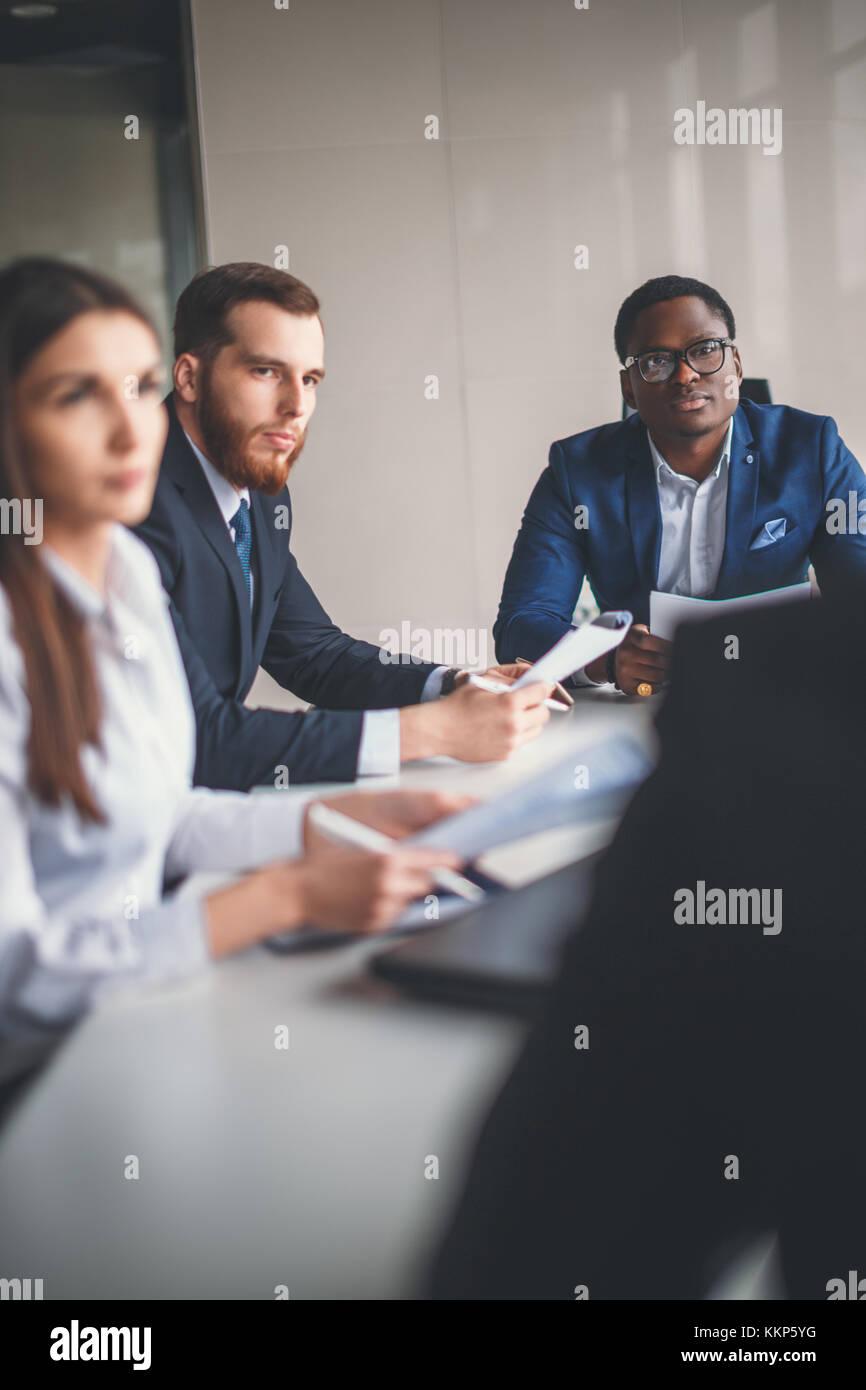 Colleghi di lavoro cooperando per raggiungere risultati migliori per la loro azienda Immagini Stock