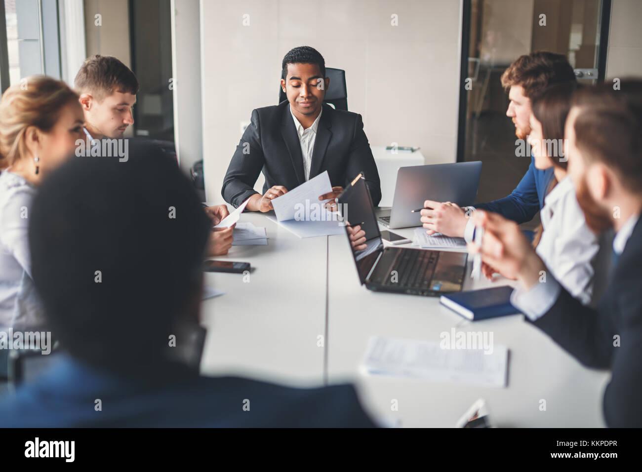 Capo titolo una riunione aziendale con i partner Immagini Stock