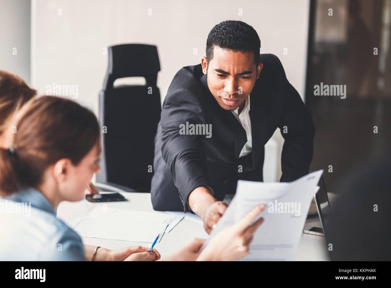 Giovane africano uomo di affari americano a capo di un team Immagini Stock