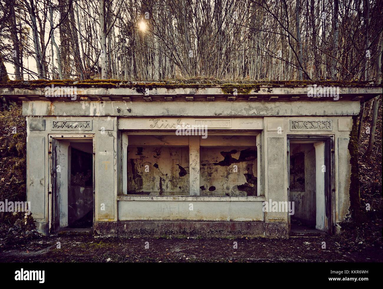 Resti di una cucina di un bunker di montagna in un legno in inverno ...