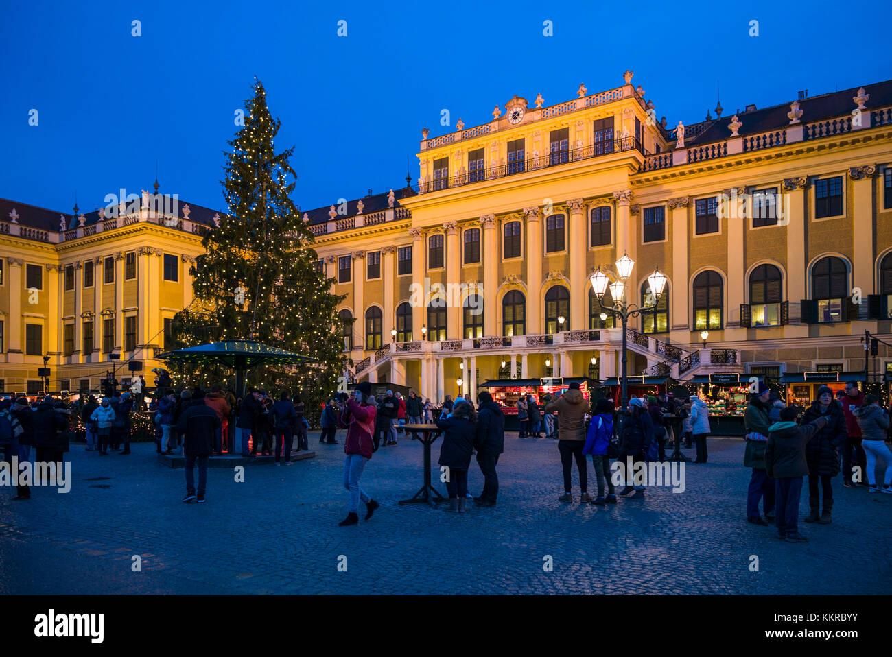 Austria, Vienna, al Palazzo di Schonbrunn, mercato di natale, sera Immagini Stock