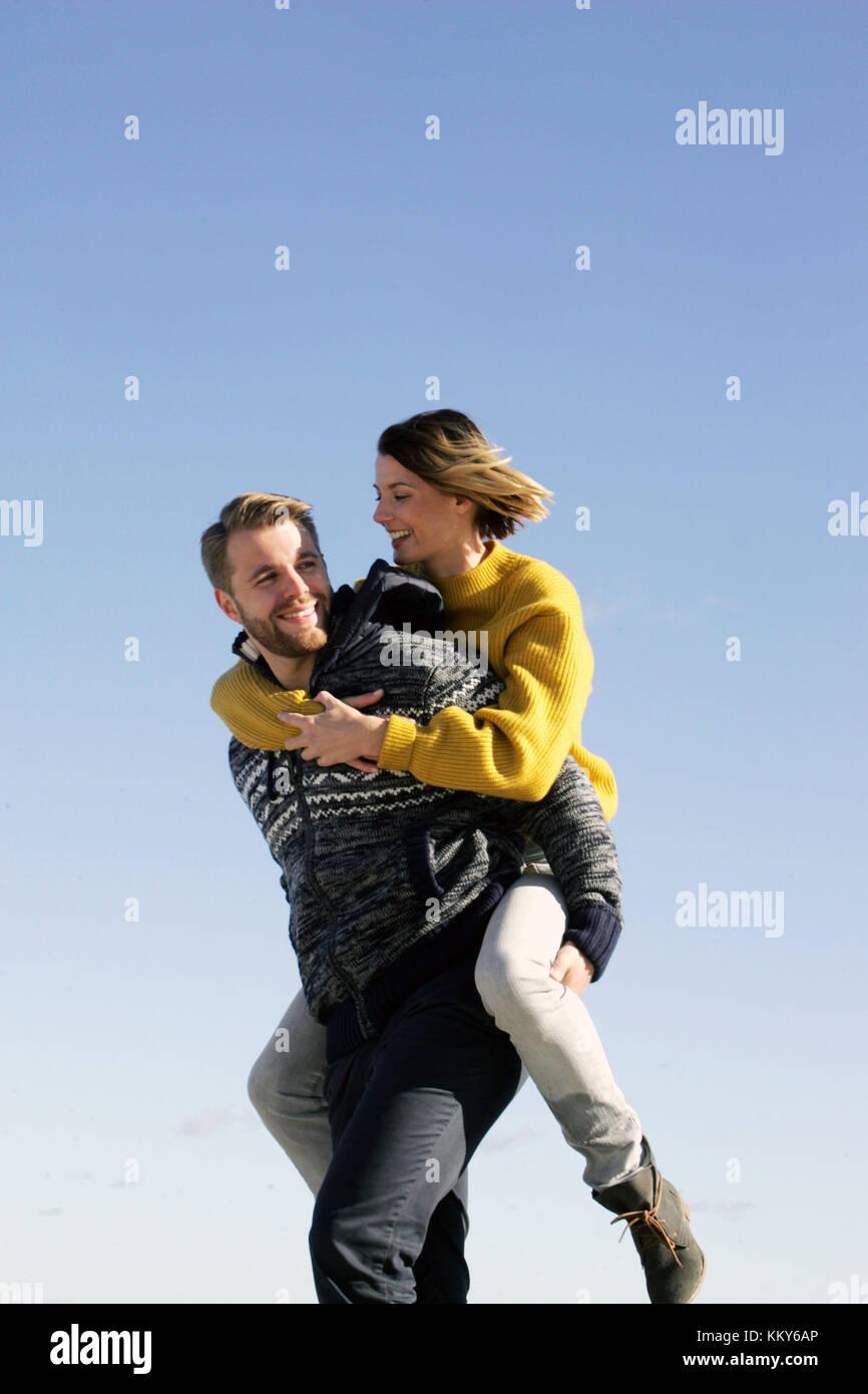 Giovane, mar baltico, spiaggia a piedi, piggyback, Immagini Stock