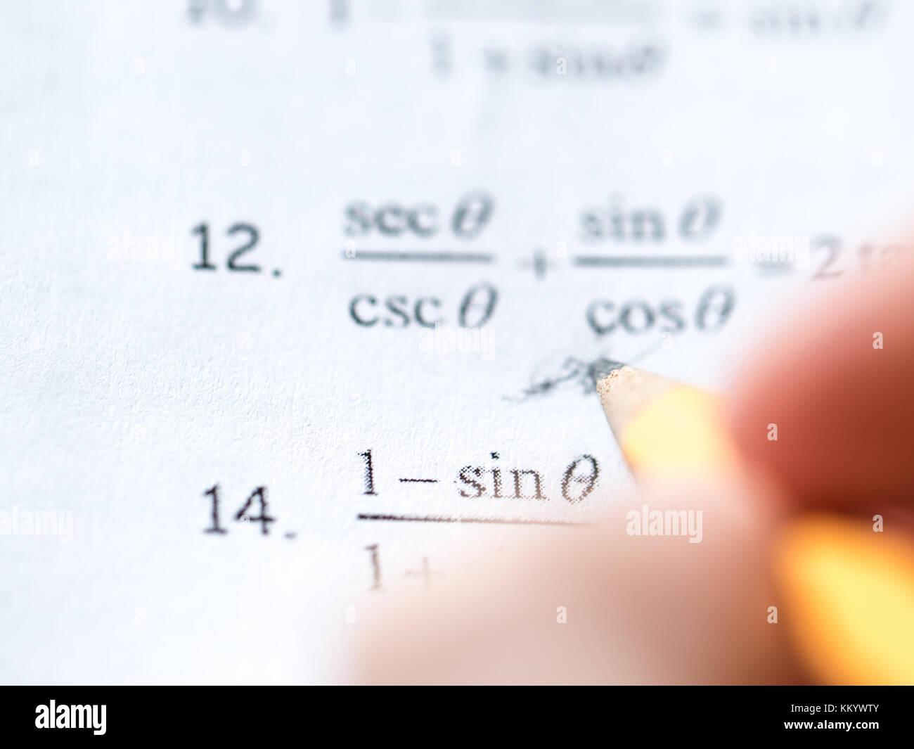 Lo studio per la difficile prova di matematica Immagini Stock