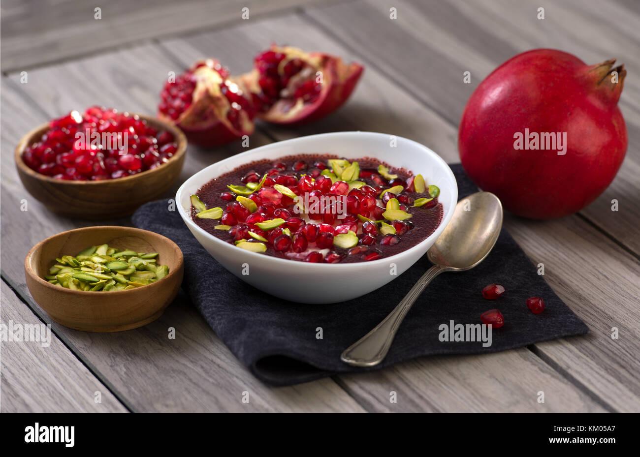 Deserto di melograno con semi di Chia, budino di tapioca e yogurt. Il mangiare sano. Immagini Stock