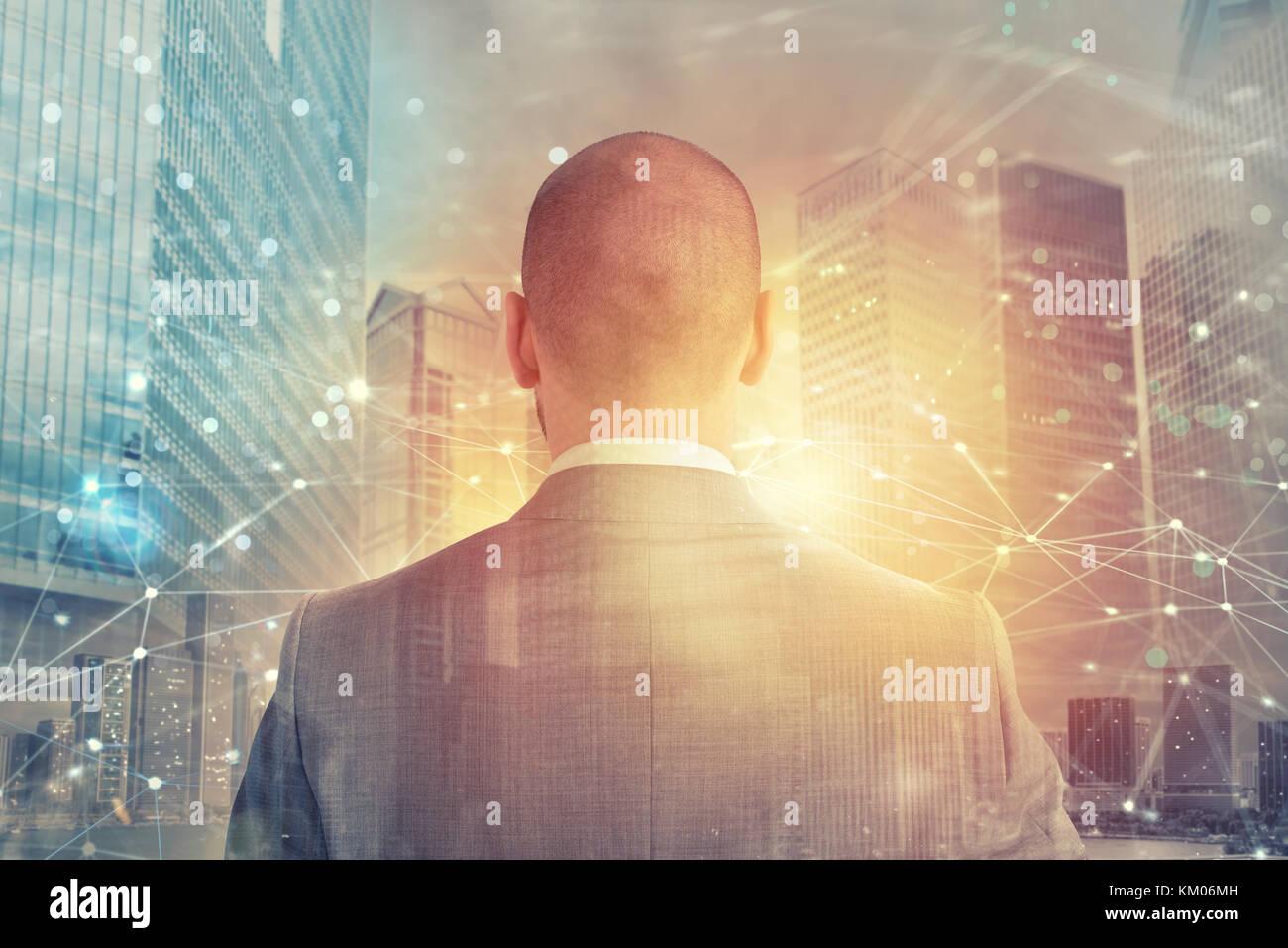 Imprenditore guarda lontano per il futuro con la rete internet per effetto Immagini Stock