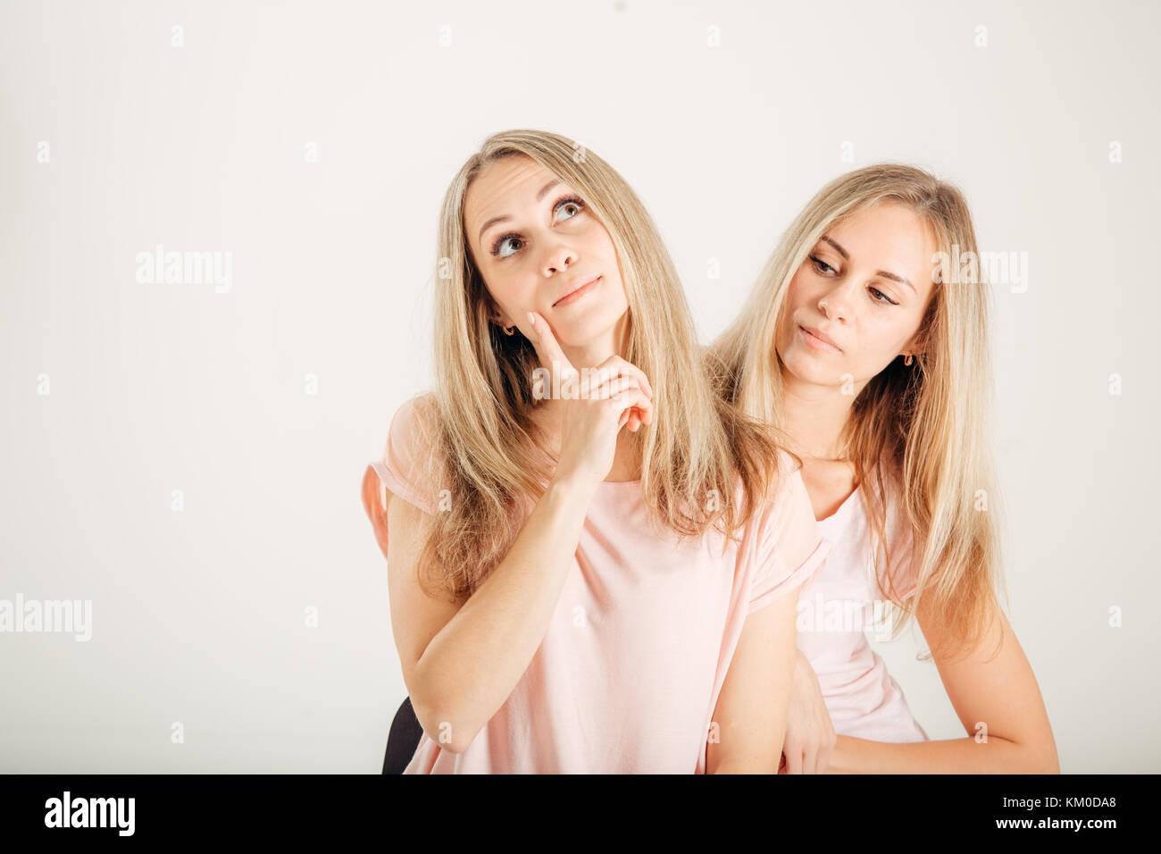 Giovane donna pensando idea. sorelle migliori amici gemelli. divertente modello fresco Immagini Stock