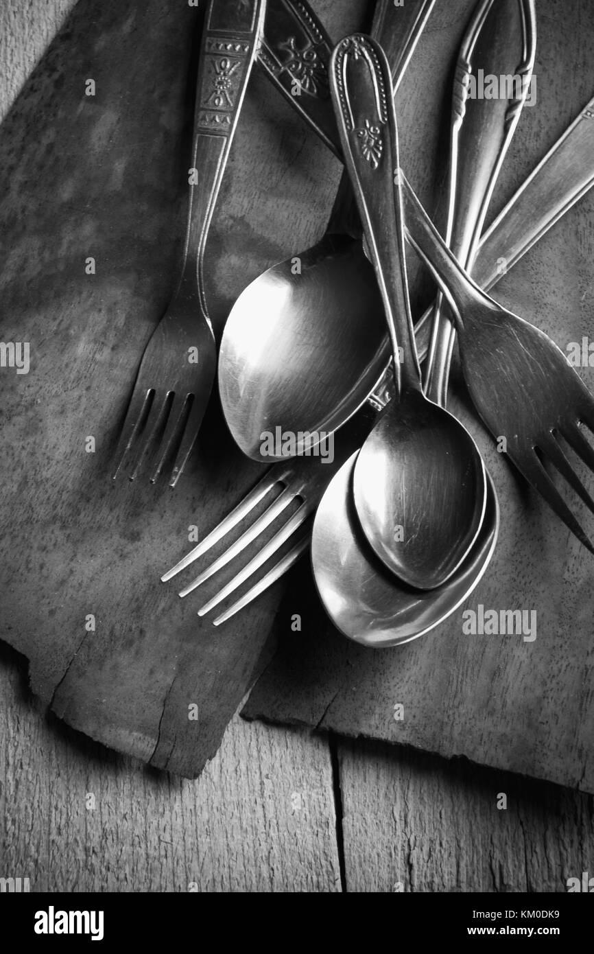 Dettaglio di vintage posate su un tavolo di legno Foto Stock