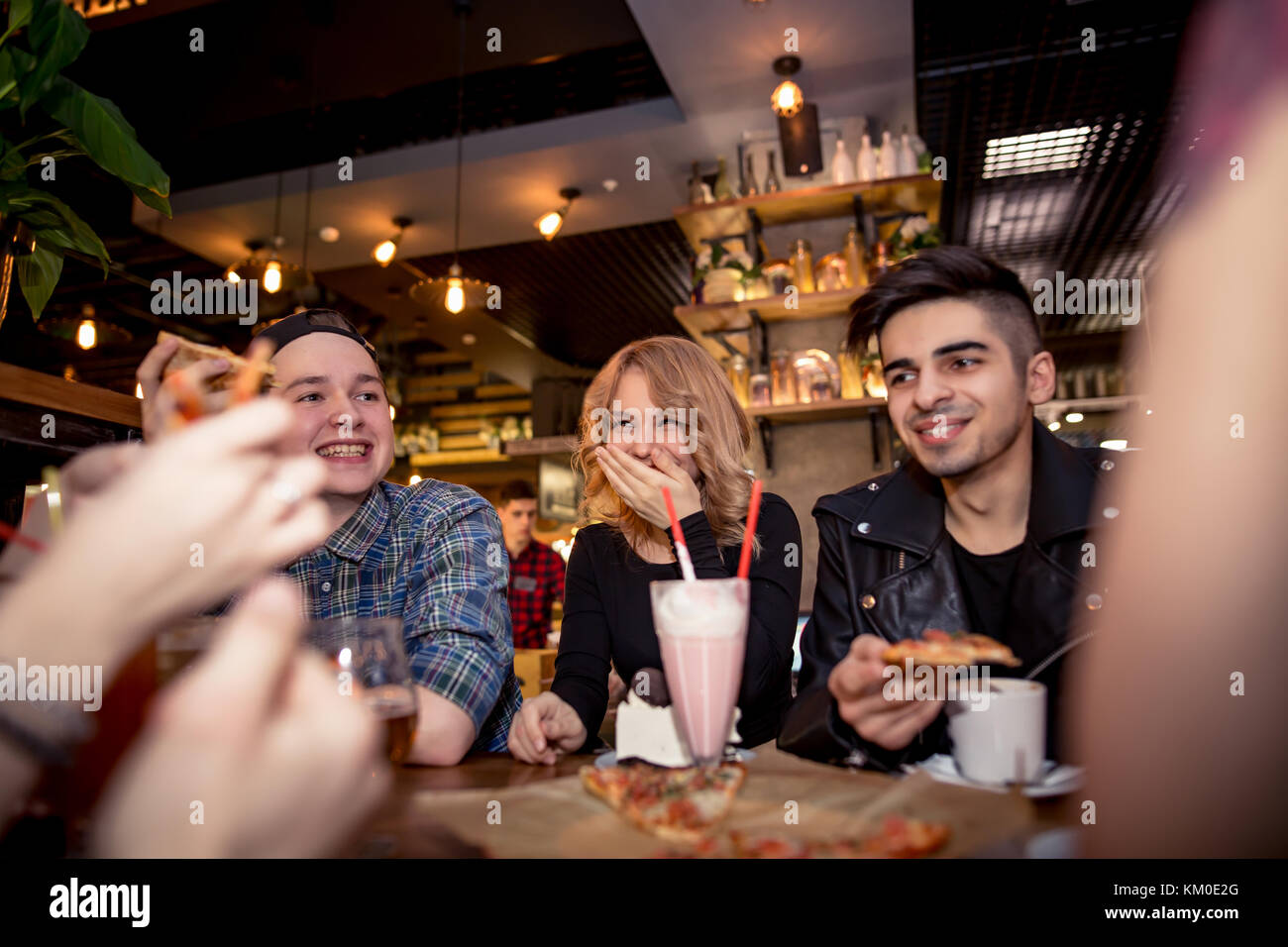 Gli amici sorseggiando un caffè insieme. per uomo e donna presso il cafe, parlare, ridere Immagini Stock