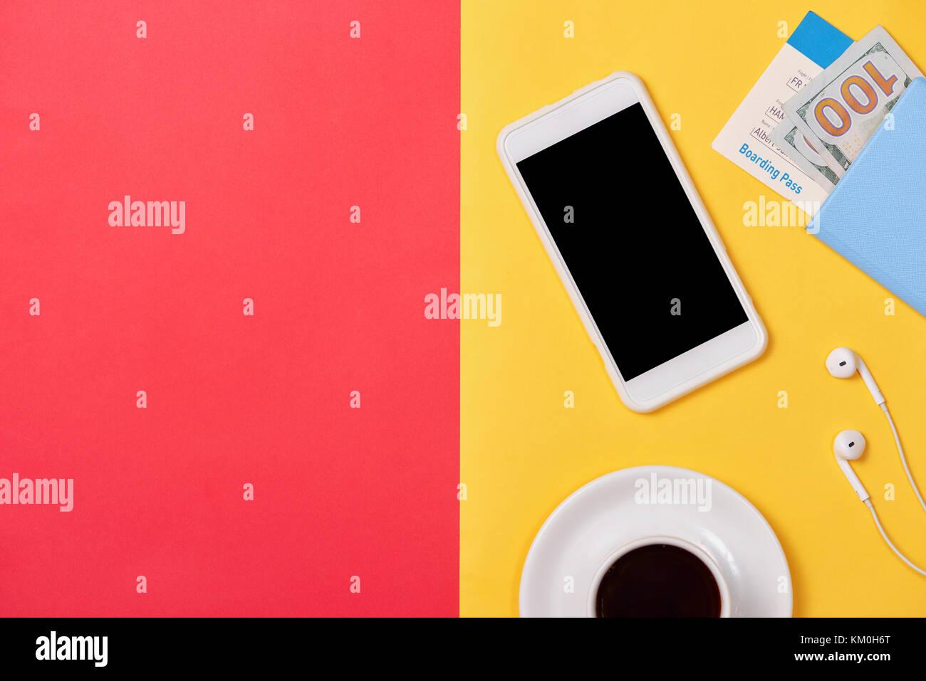 Cellulare Smartphone Con Schermata Bianca Vuota Sul Rosso Sfondo