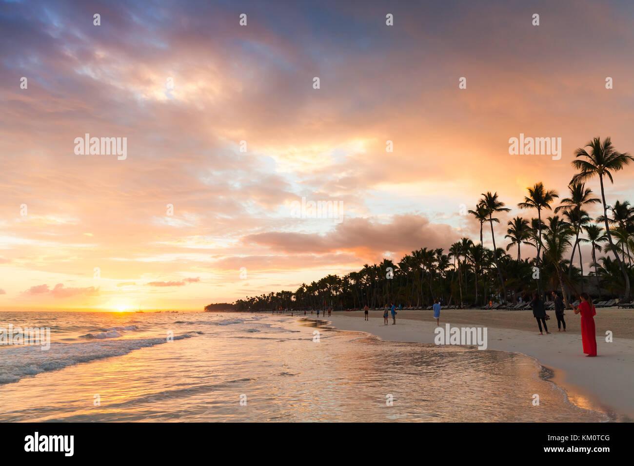 Punta Cana, Repubblica dominicana - Gennaio 5, 2017: la gente comune a piedi su sunrise spiaggia di Punta cana Immagini Stock