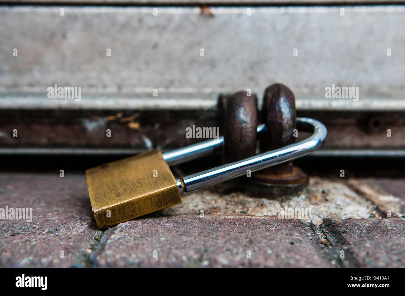Lucchetto di fissaggio della serranda di un negozio. Immagini Stock
