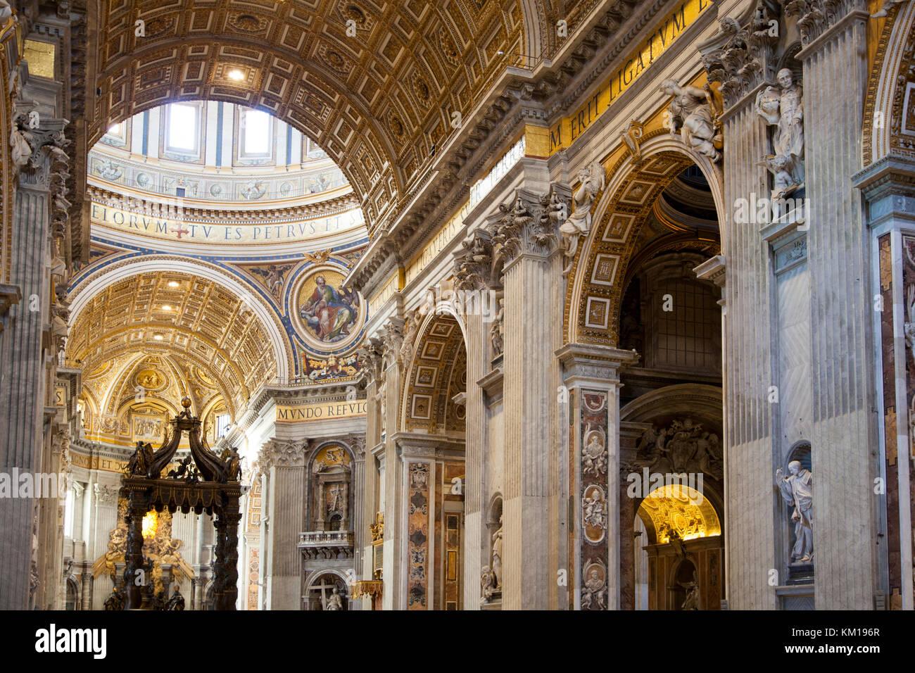 L interno della basilica di San Pietro in Vaticano, Roma, Italia. Immagini Stock