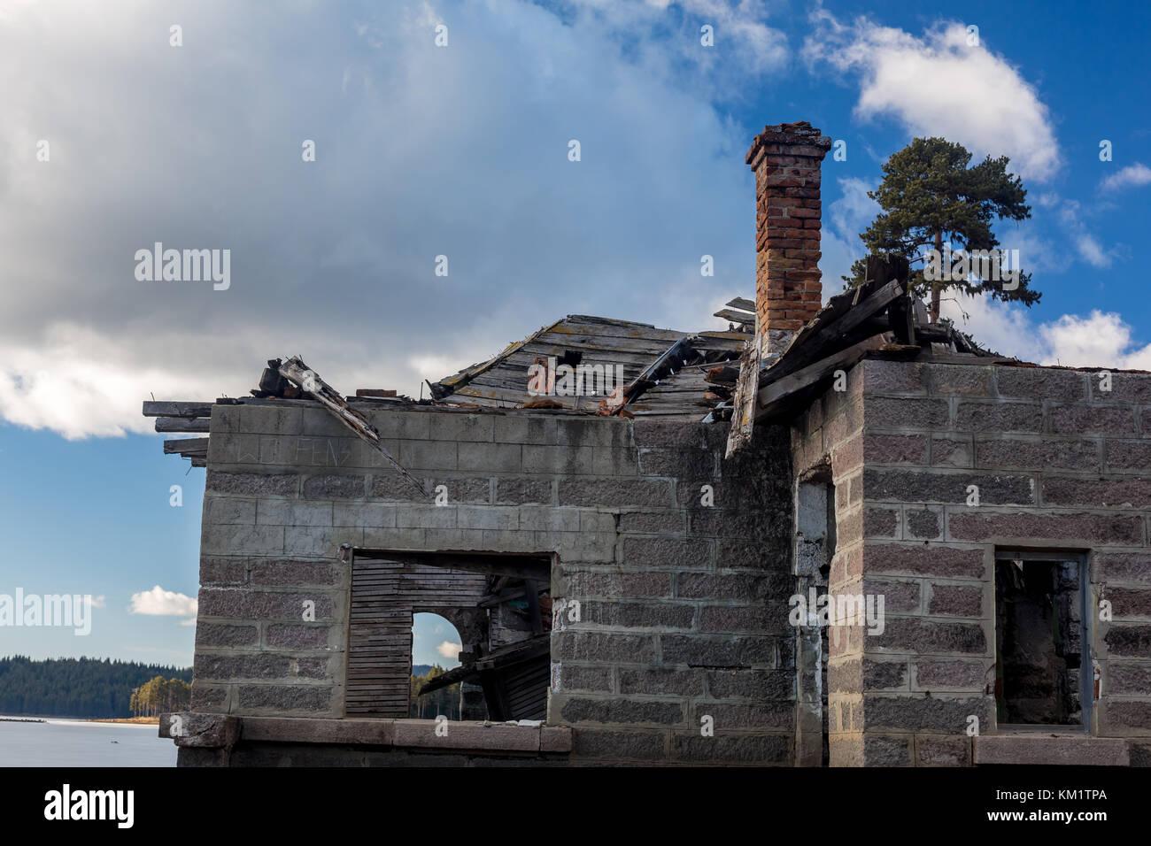 Rovine Di Un Vecchio Abbandonato Casa Con Pareti Di Roccia E