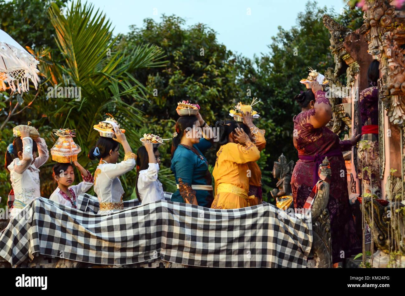 Balinese cerimonia Indù chiamato mendak tirta e melasti. L'evento sono destinate a santificare il simbolo Immagini Stock