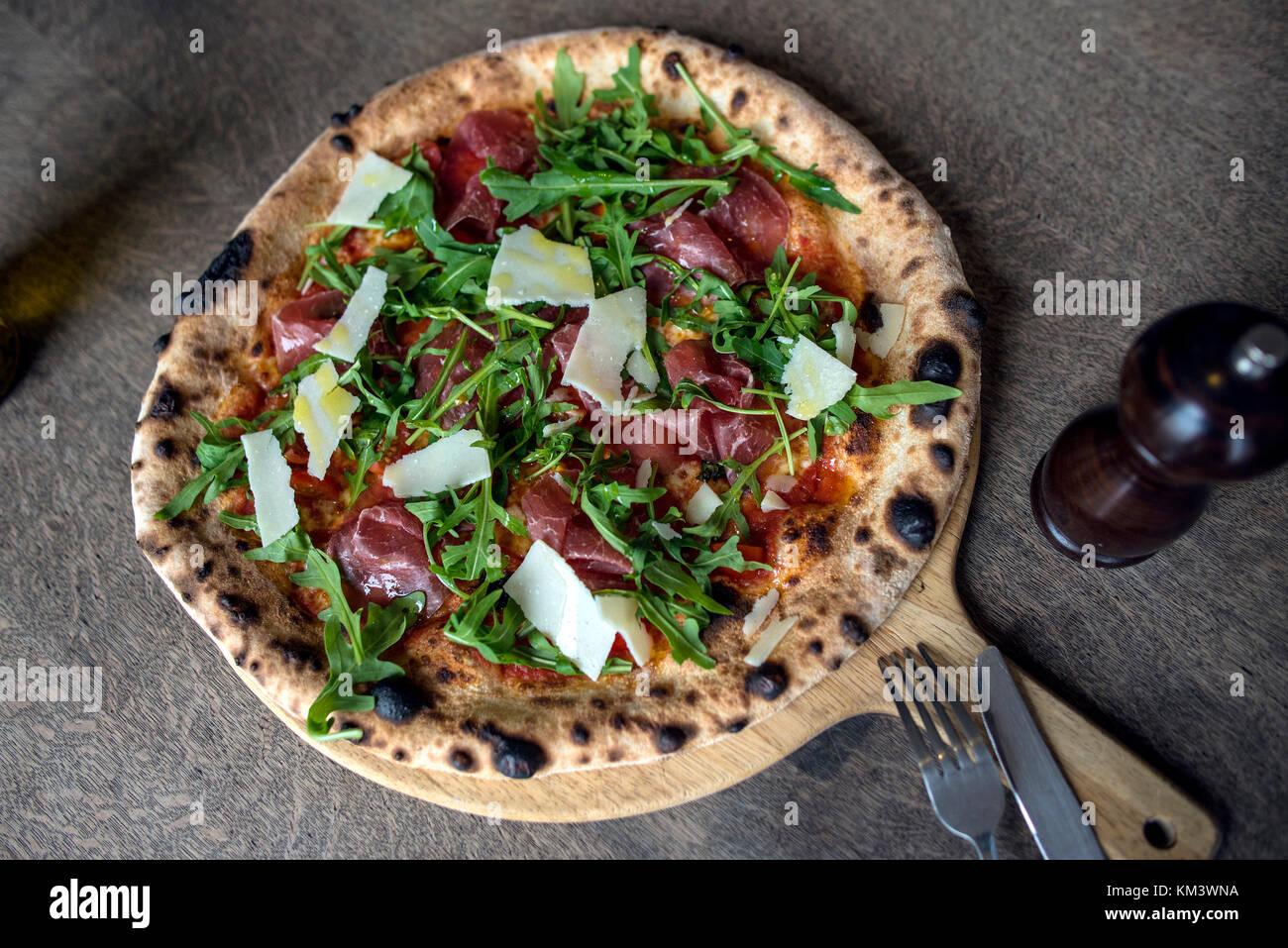 Autentica pizza italiana e panini su rustico sfondo Immagini Stock