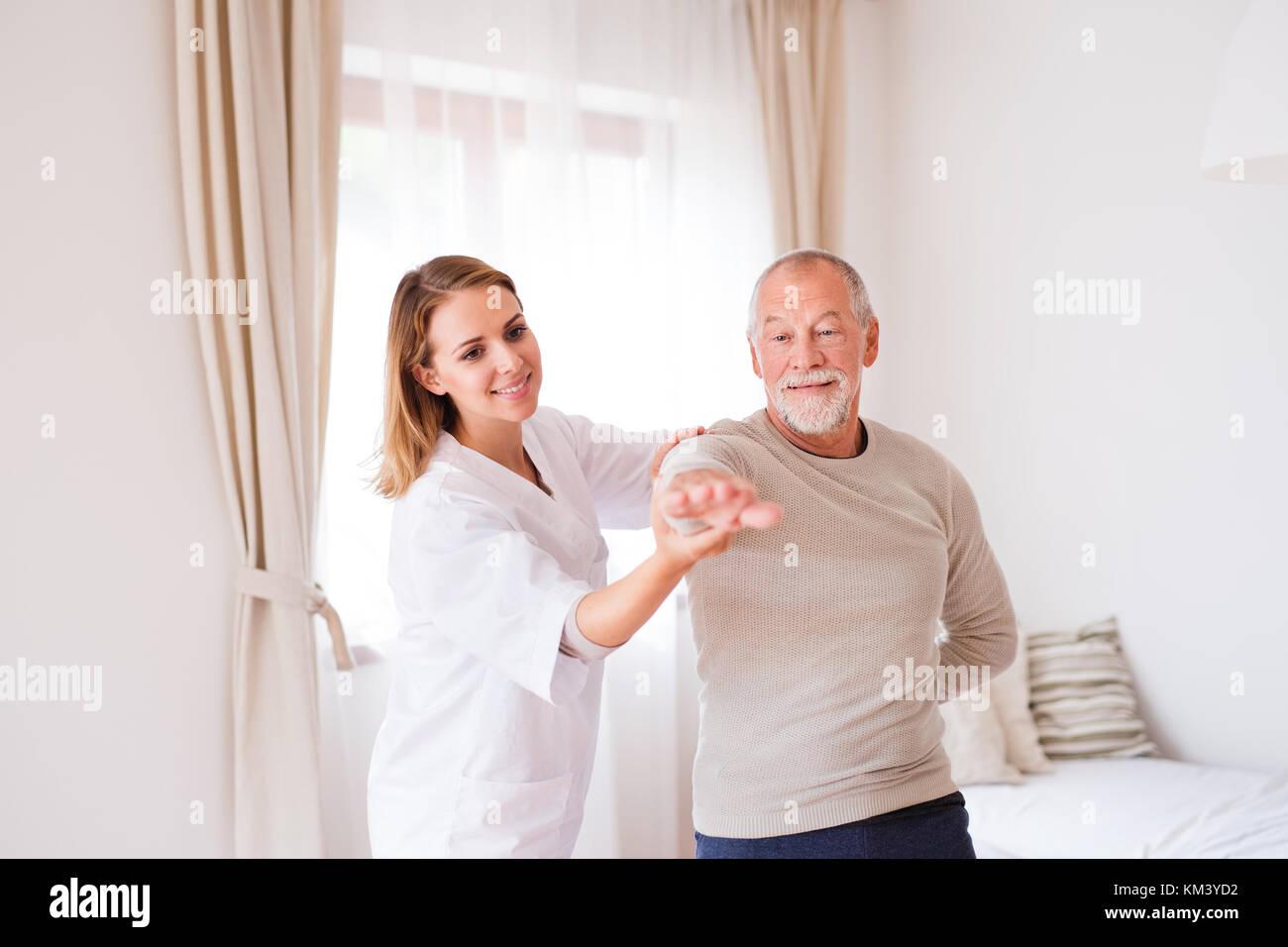 La salute dei visitatori e dei senior uomo durante la visita iniziale. Immagini Stock