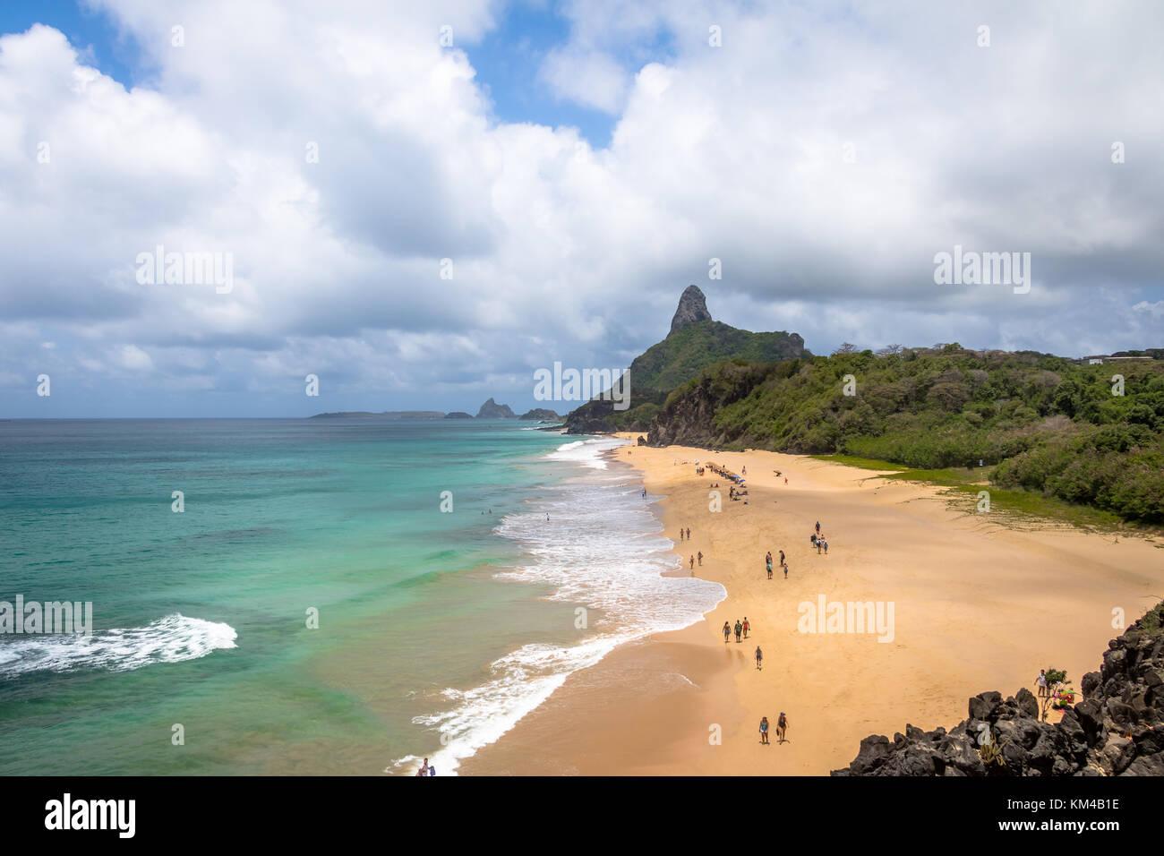 Vista aerea del mare interno (mar de dentro) spiagge e Morro do Pico - Fernando de Noronha, pernambuco, brazi Immagini Stock