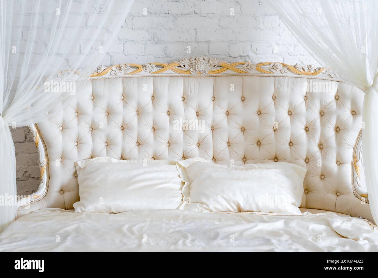 Camera da letto in tenui colori chiari. Grande letto matrimoniale in ...