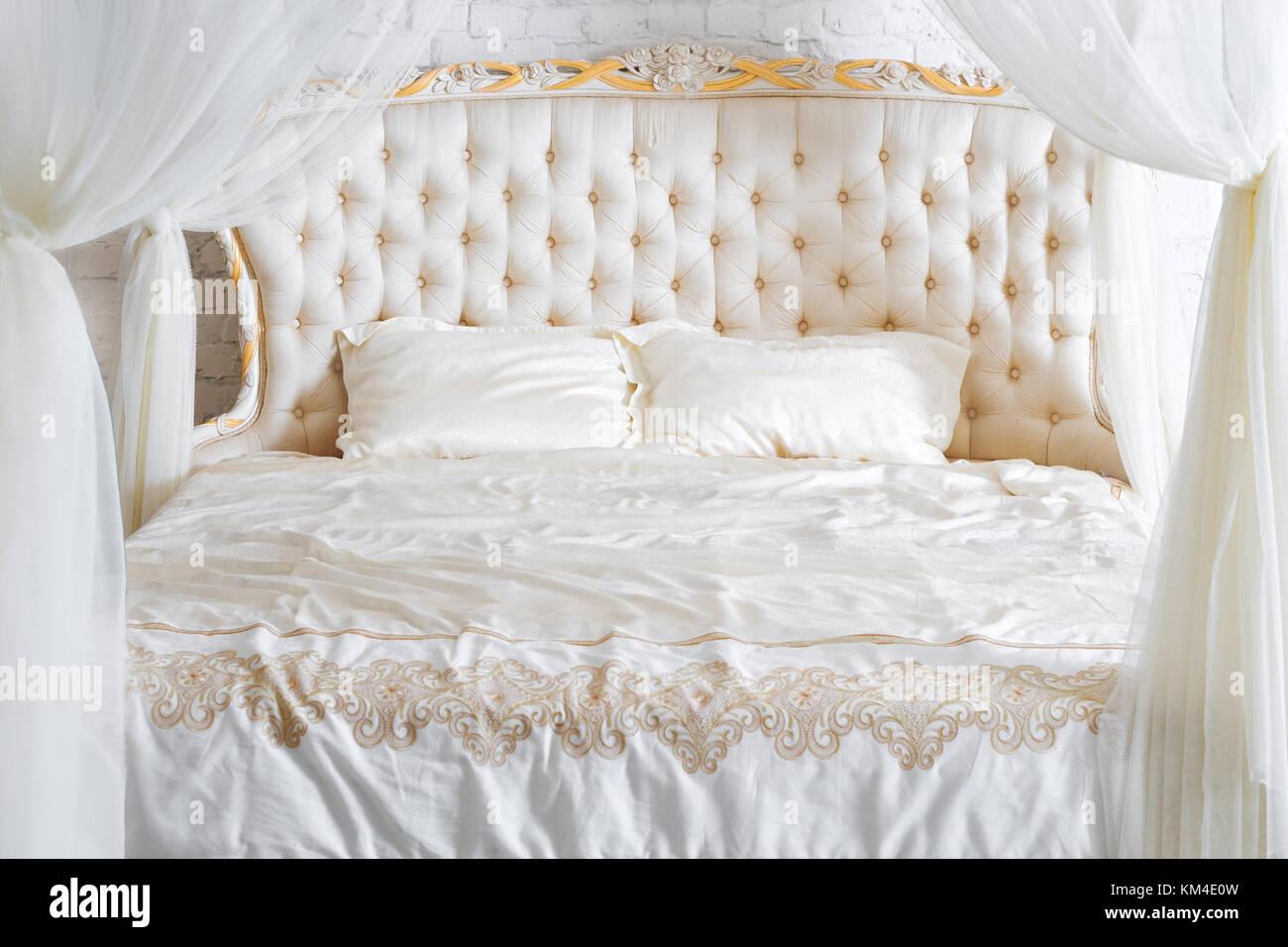 Camere Da Letto Con Letto A Baldacchino : Camera da letto in tenui colori chiari. grande confortevole camera