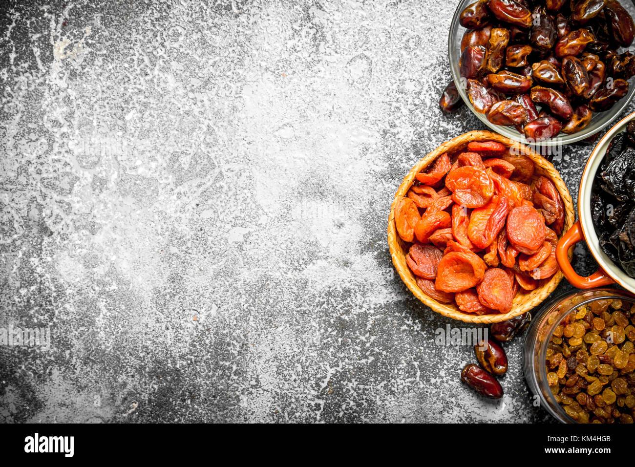 Varie la frutta secca in ciotole. rustico sfondo . Foto Stock