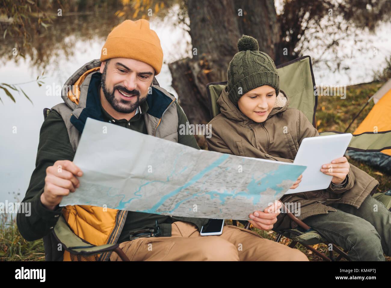 Padre guardando la mappa Immagini Stock