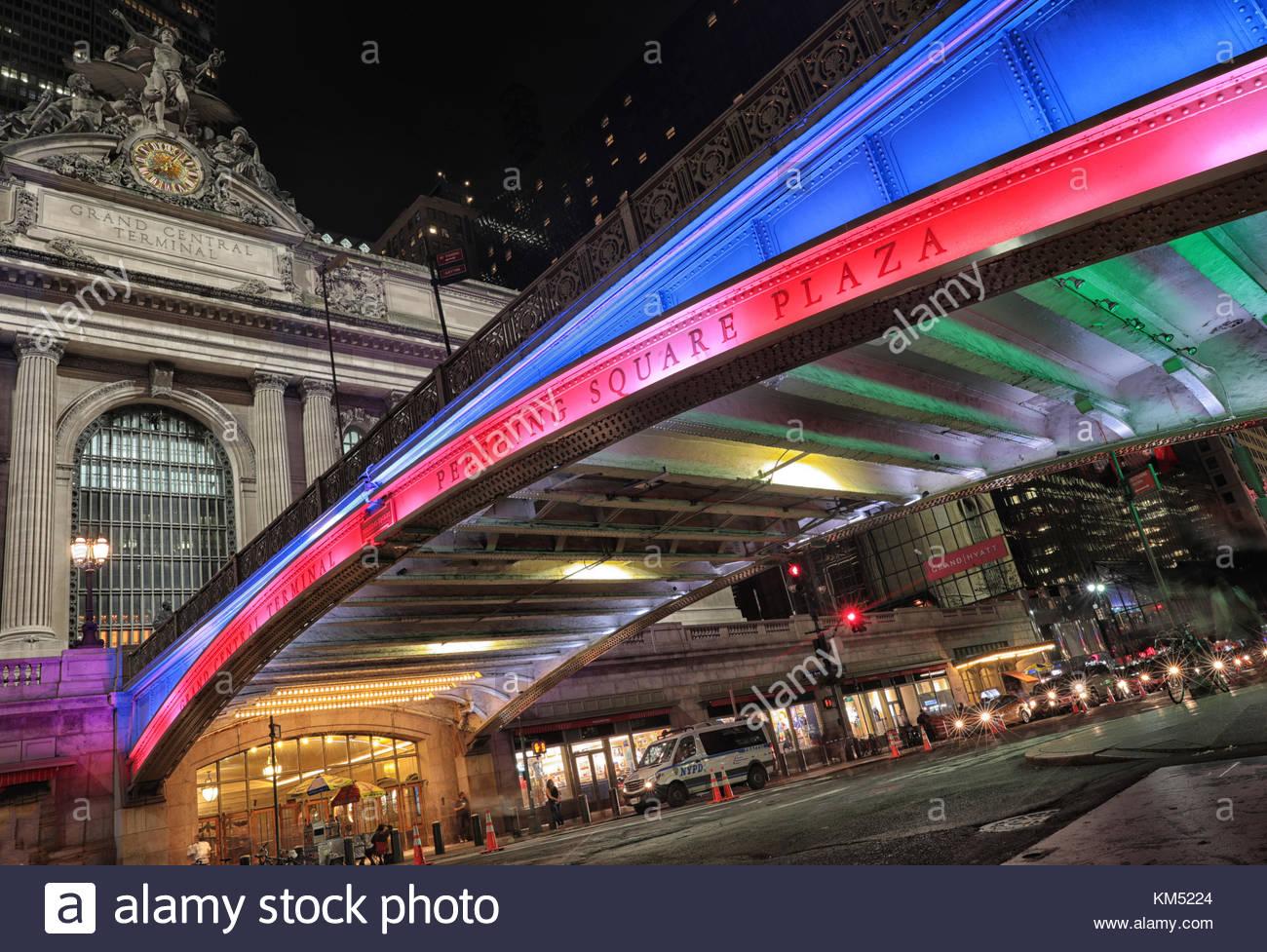 Lo skyline di NYC scattata di notte Immagini Stock