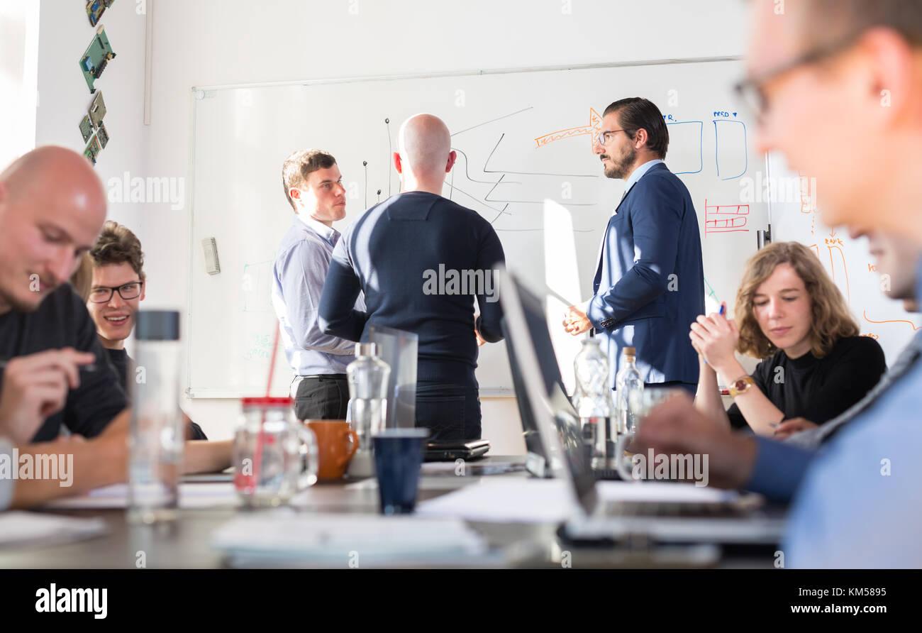 Rilassata ed informale business it azienda startup riunione del team. Immagini Stock
