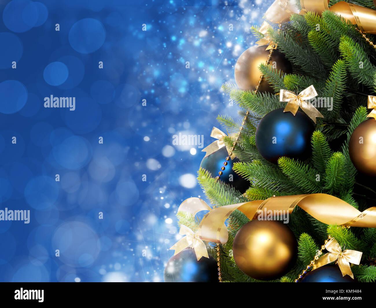 Albero Di Natale Con Decorazioni Blu : Magicamente albero di natale decorato con sfere nastri e festoni