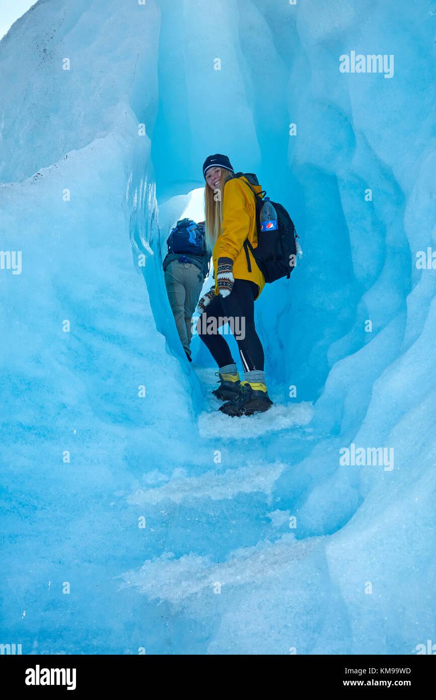 Escursionista nella caverna di ghiaccio, ghiacciaio Perito Moreno, Parque Nacional Los Glaciares (area del patrimonio Immagini Stock
