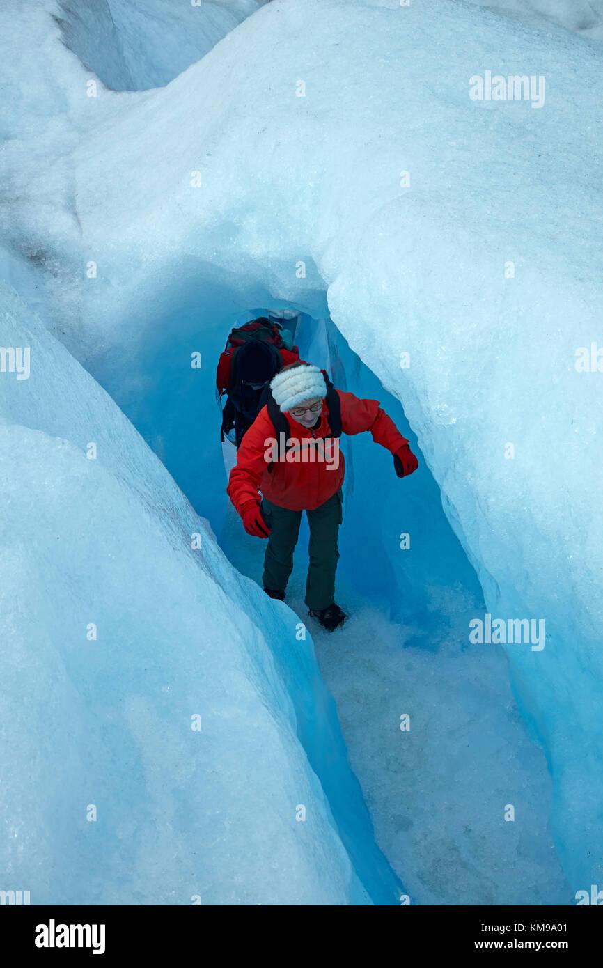 Gli escursionisti in caverna di ghiaccio, ghiacciaio Perito Moreno, Parque Nacional Los Glaciares (area del patrimonio Immagini Stock