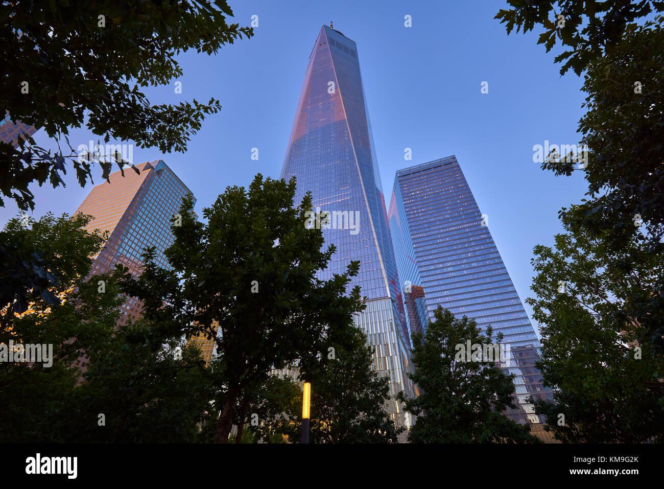 One World Trade Center e 7 WTC skycrapers al tramonto dal Memorial Park. La parte inferiore di Manhattan, il Quartiere Immagini Stock