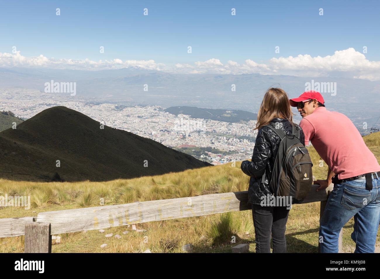Ecuador - vacanza, una giovane coppia nella parte superiore del cavo Teleferiqo auto, affacciato su Quito, Ecuador Immagini Stock