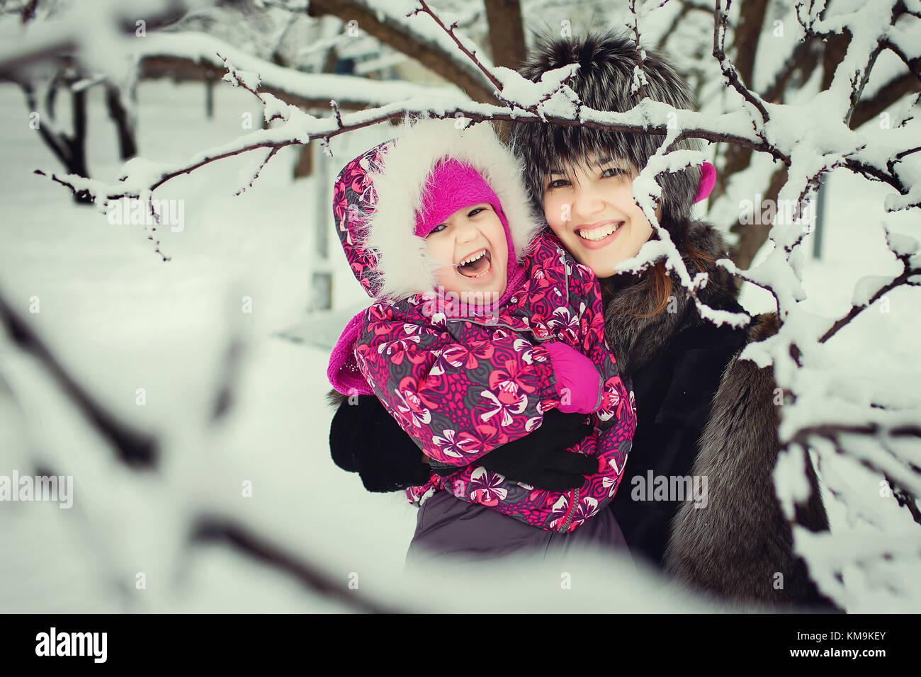 La mamma con bambino di trascorrere del tempo in winter park Immagini Stock