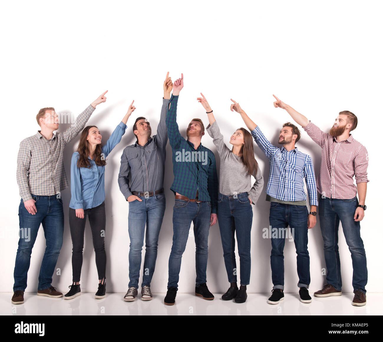 La gente di affari di indicare con la mano di uno spazio vuoto per il tuo messaggio Immagini Stock