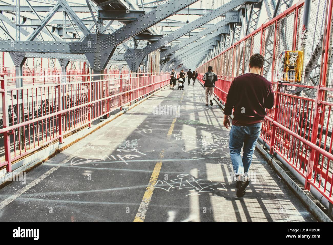 New York, aprile 2017. Domenica a piedi sul ponte di Williamsburg Immagini Stock