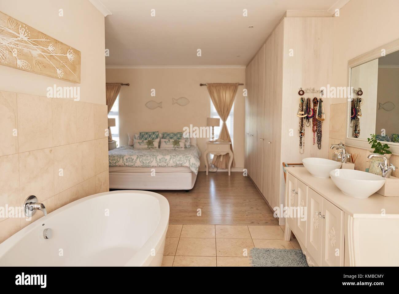 Bagno moderno interno in una elegante dimora suburbana Foto ...