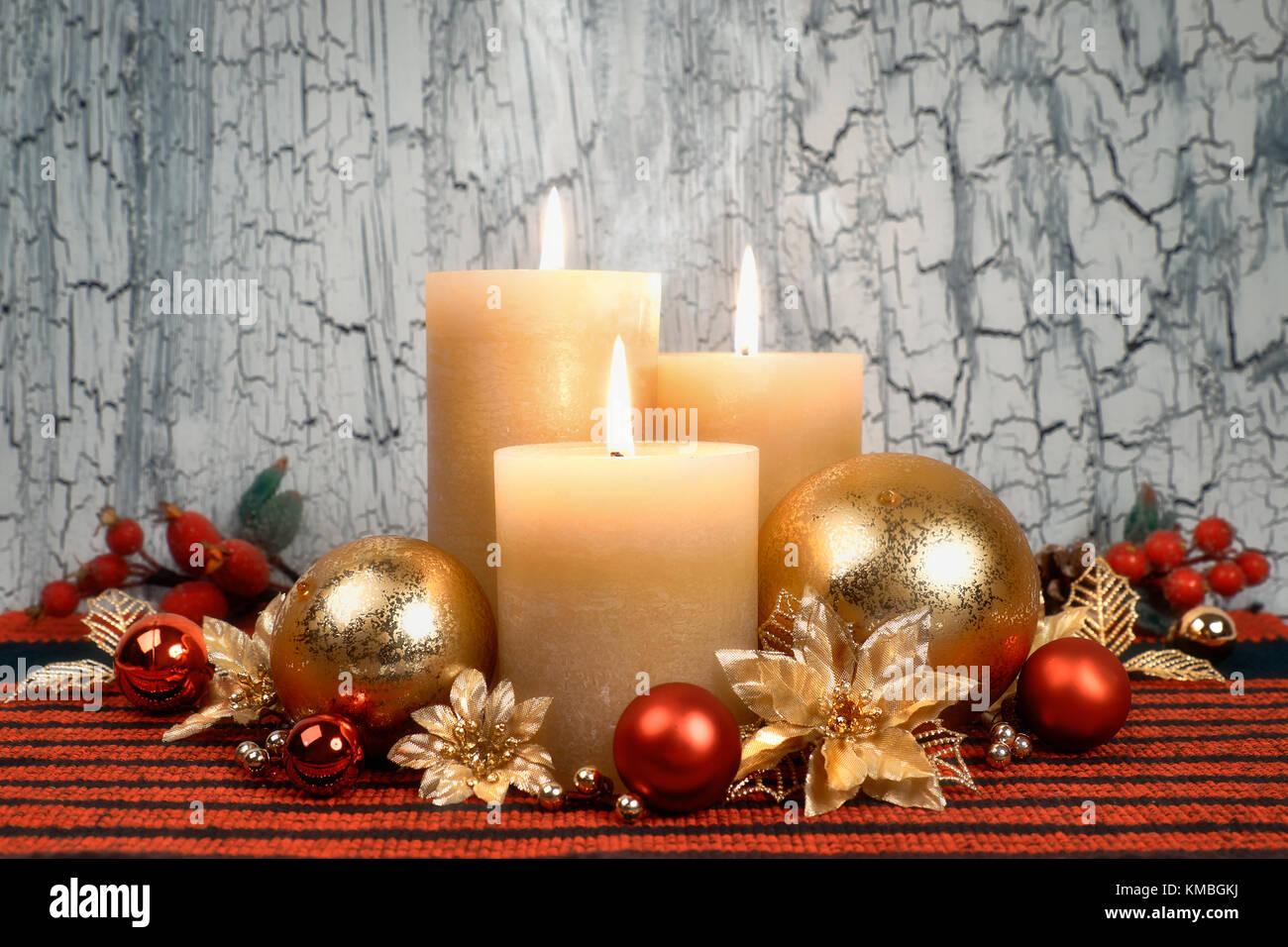 Decorare Candele Di Natale : Tre candele accese con golden rosso e verde di natale decorazioni